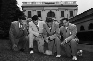 billy_graham_and friends praying